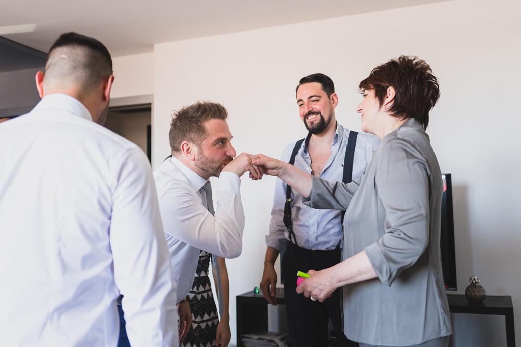 Alcuni invitati scherzano con la madre dello sposo