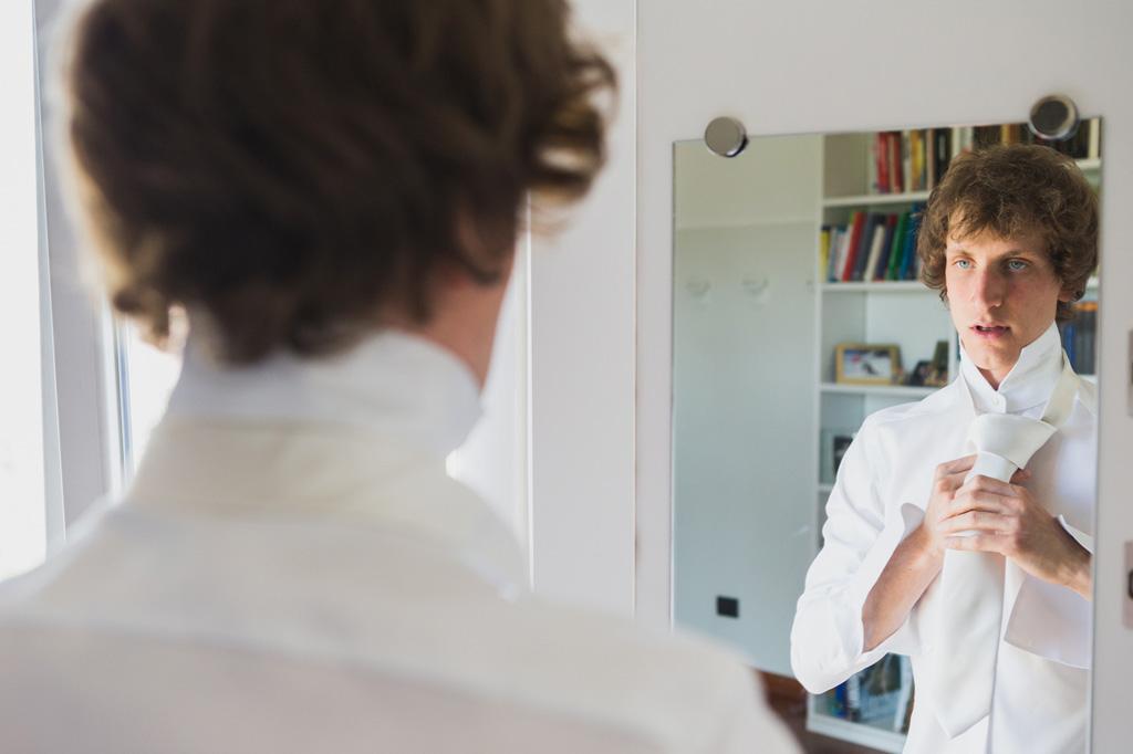 Lo sposo si abbellisce davanti allo specchio