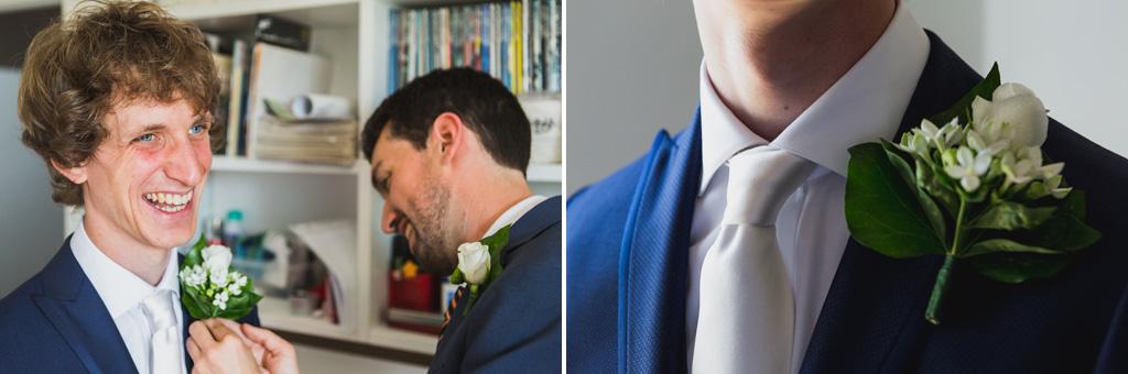 Lo sposo è adornato con un fiore sulla giacca
