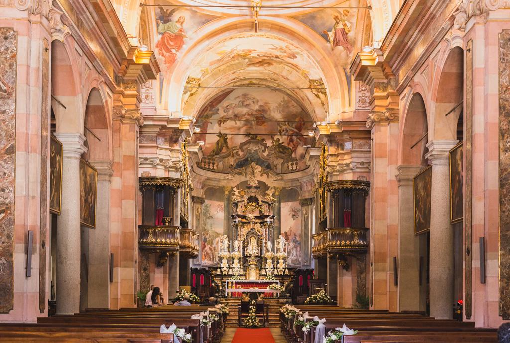 Una panoramica da sogno della chiesa o prima della cerimonia prima dell'arrivo degli invitati