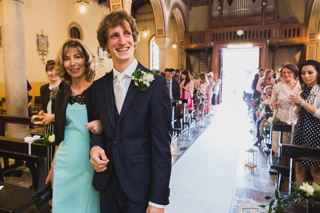 Lo sposo raggiunge l'altare in compagnia della madre