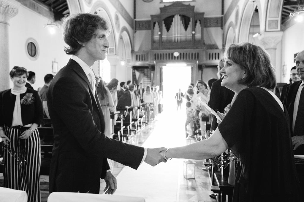 Lo sposo Davide riceve le congratulazioni degli invitati