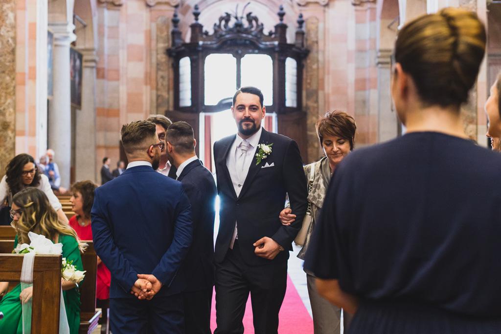 La madre accompagna lo sposo all'altare