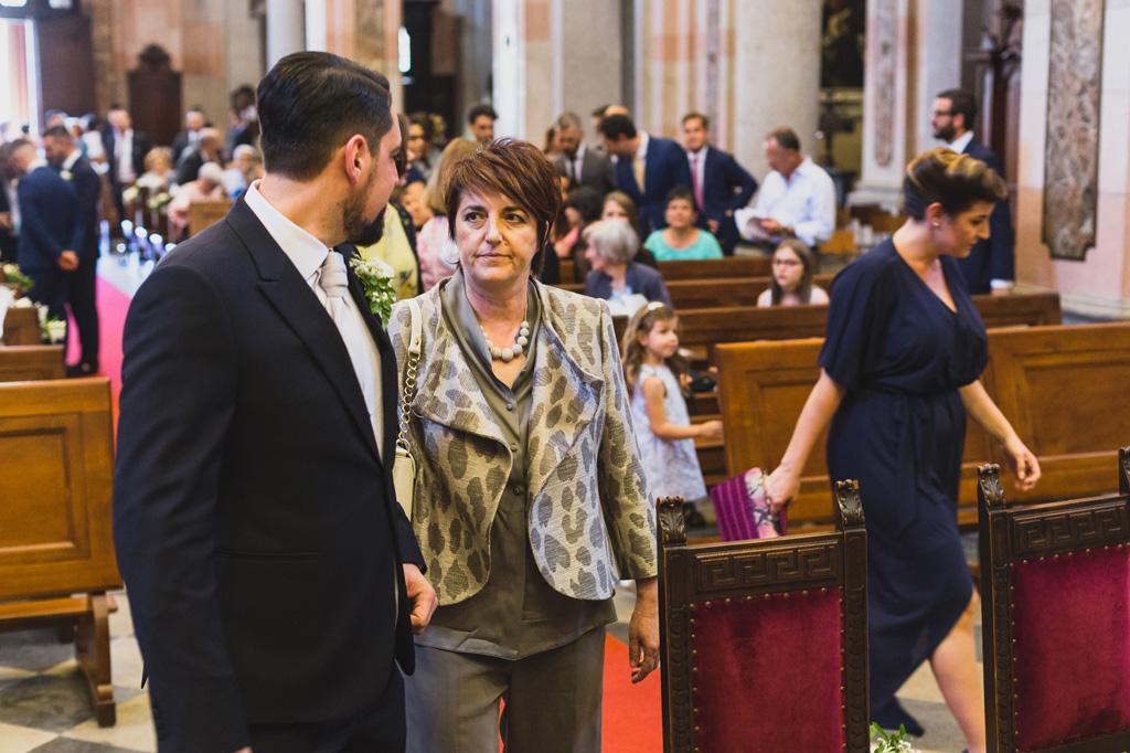 Lo sposo e la madre scambiano alcune parole prima dell'inizio della cerimonia