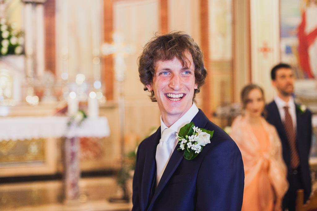 Lo sposo Davide osserva raggiante l'arrivo della sposa