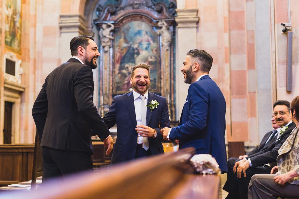 Lo sposo scherza con gli invitati prima dell'inizio della cerimonia