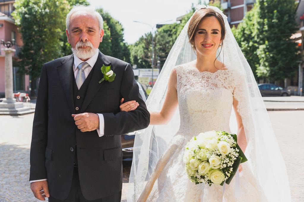La sposa Eleonora entra in chiesa accompagnata dal padre