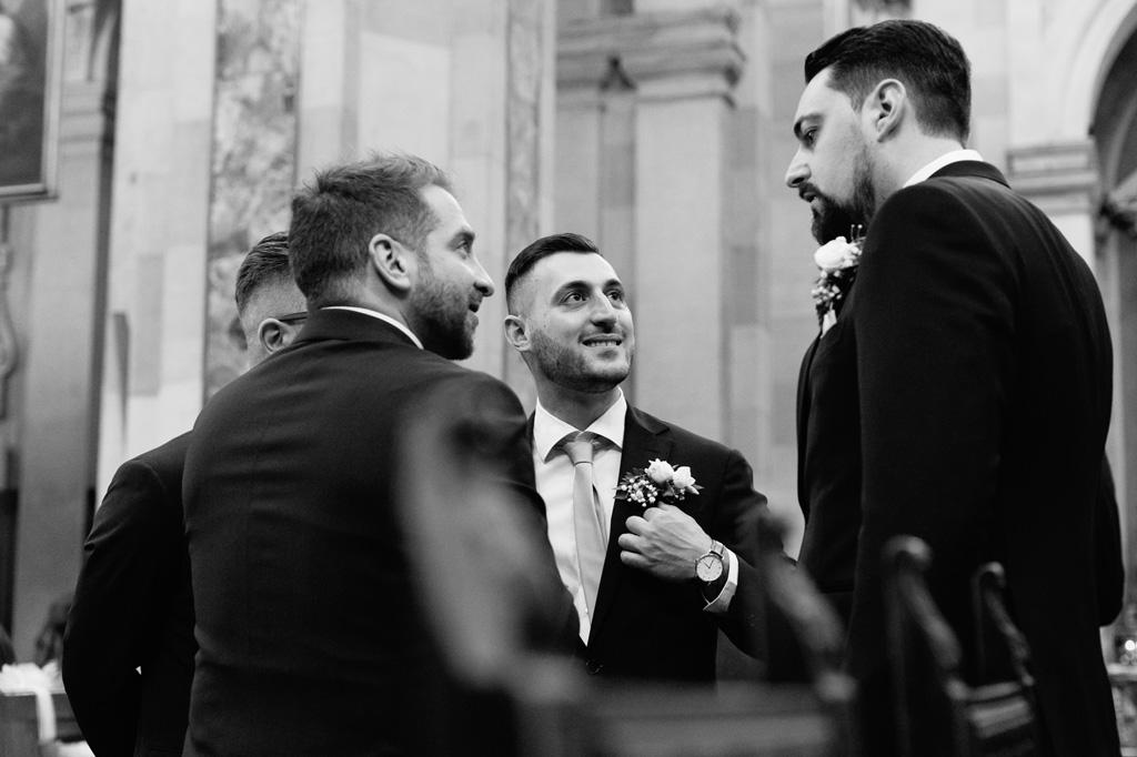 Lo sposo riferisce alcune parole agli invitati prima dell'arrivo della sposa in chiesa