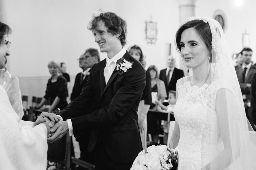 Davide saluta il prete prima della cerimonia del matrimonio