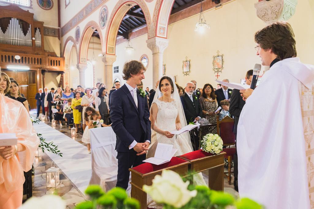 I due sposi si guardano sentitamente durante la cerimonia del matrimonio
