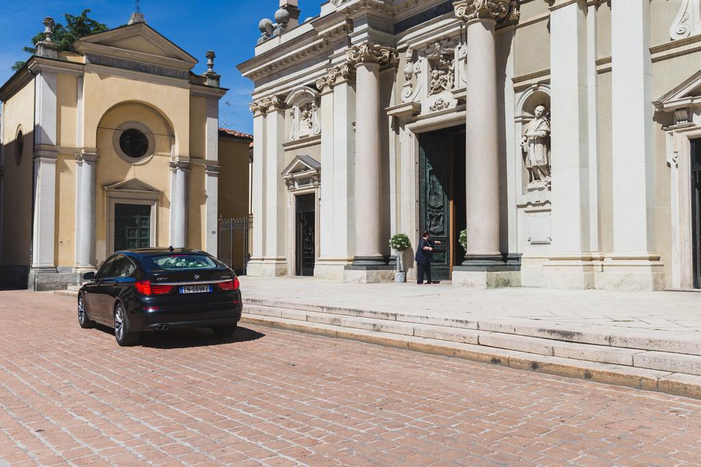 La macchina con la sposa e il padre parcheggia davanti alla chiesa