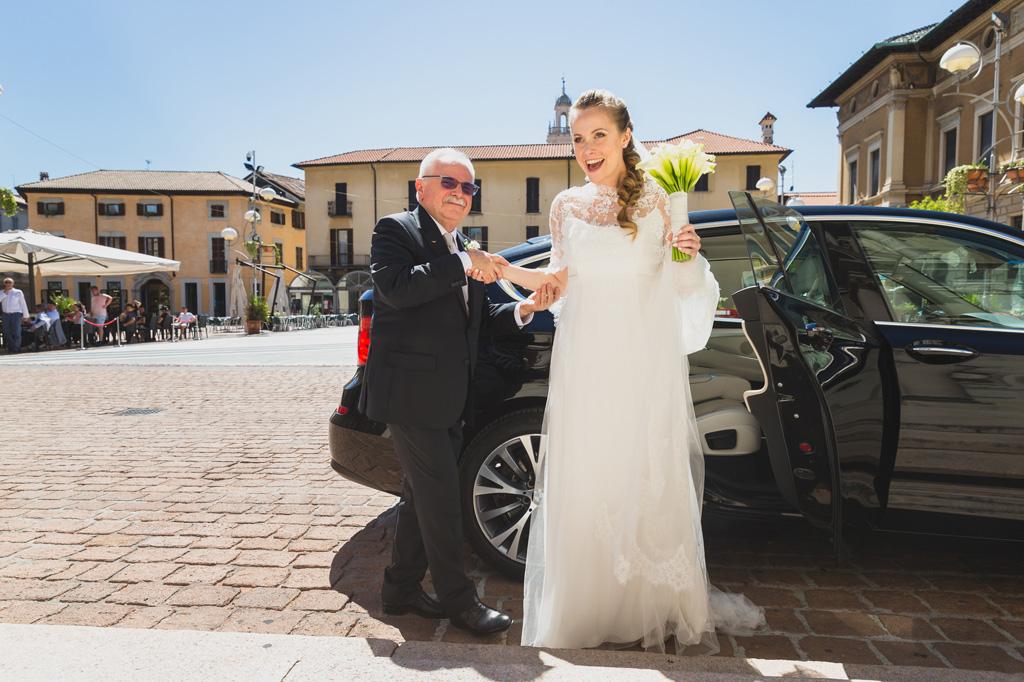 Il padre e la figlia Sarah escono dalla macchina