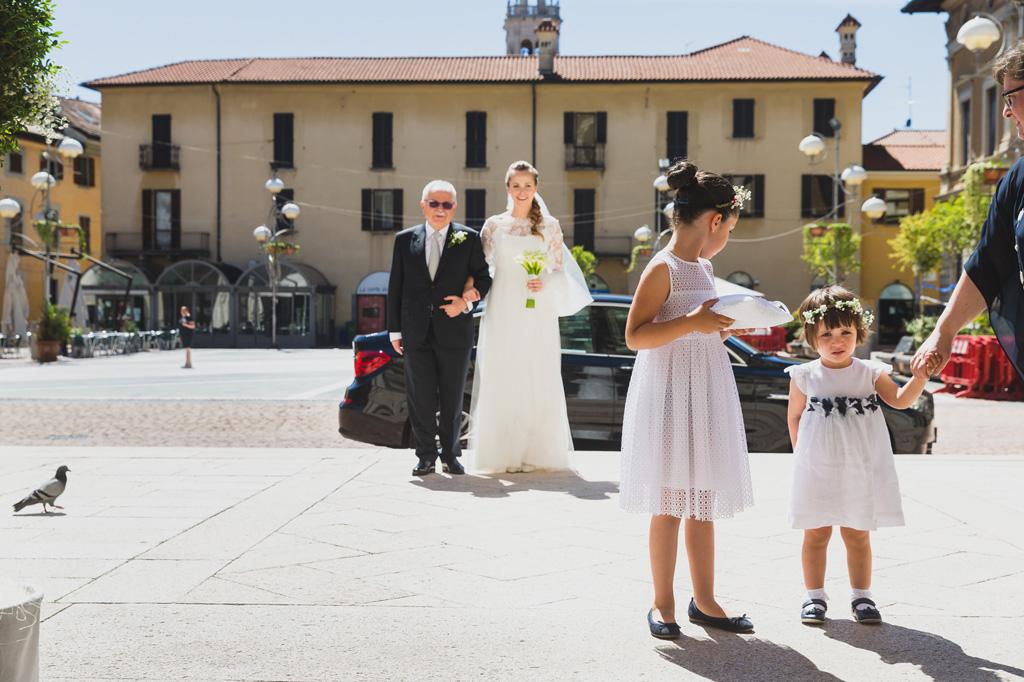 Il padre e la figlia Sarah si dirigono all'interno della chiesa