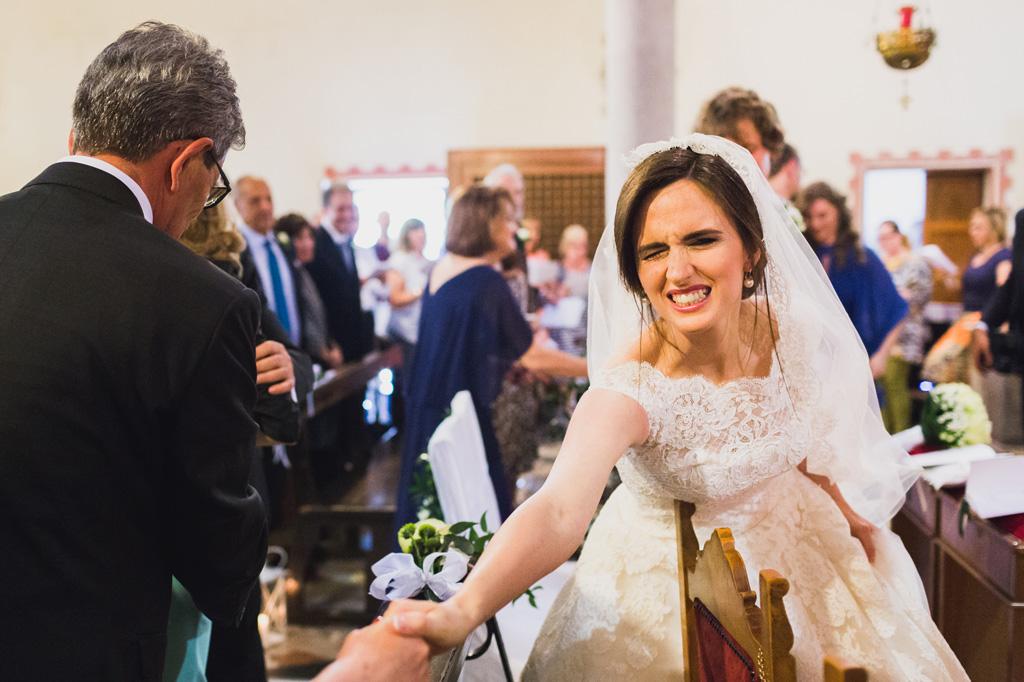 La sposa stringe la mano al prete