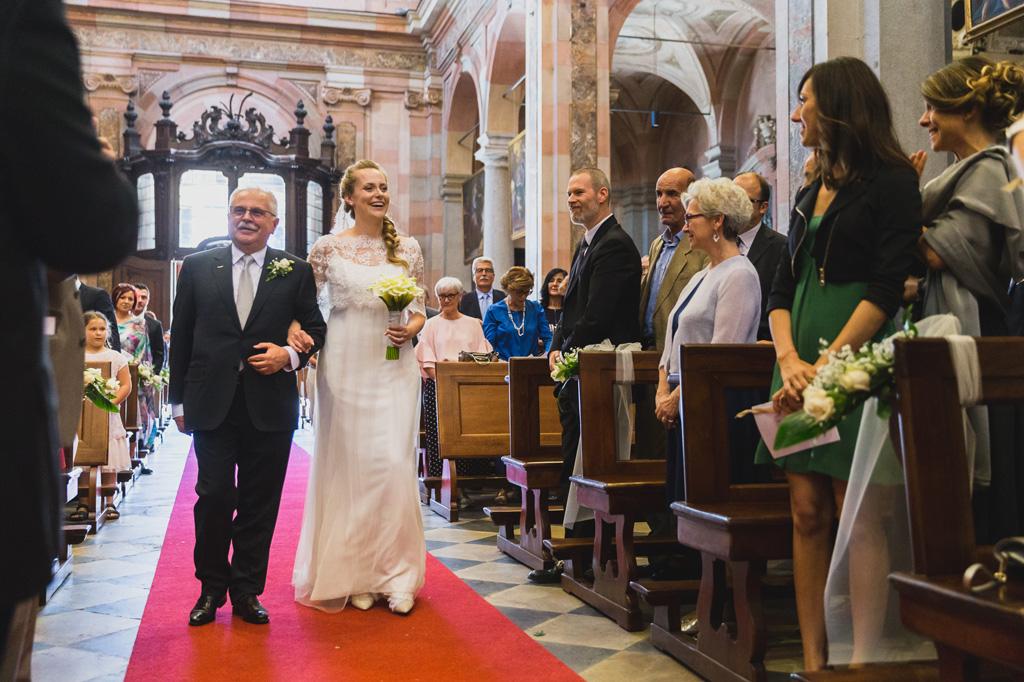 Il padre accompagna la figlia Sarah lungo il corridoio della chiesa per la cerimonia di matrimonio