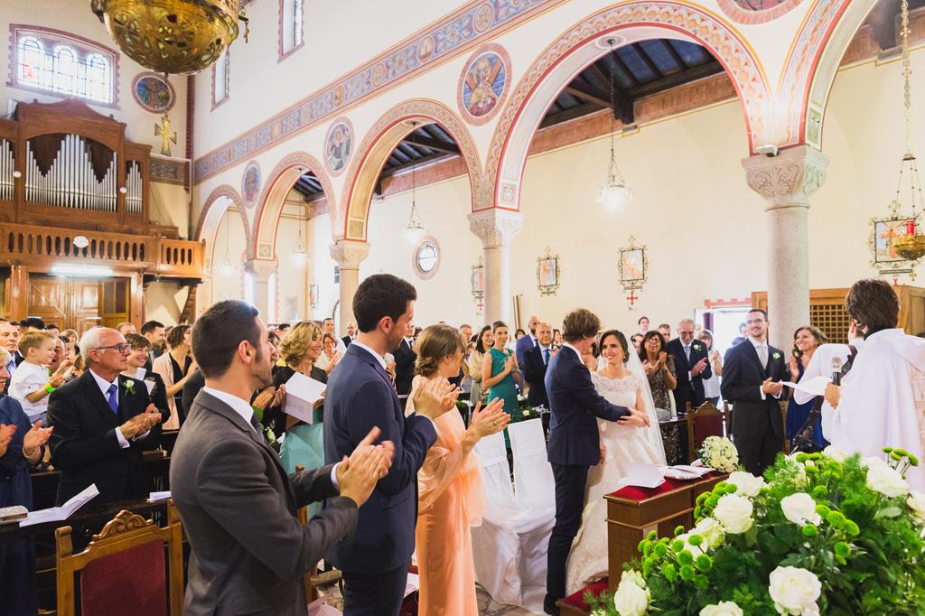 Gli invitati applaudono entusiasti gli sposi