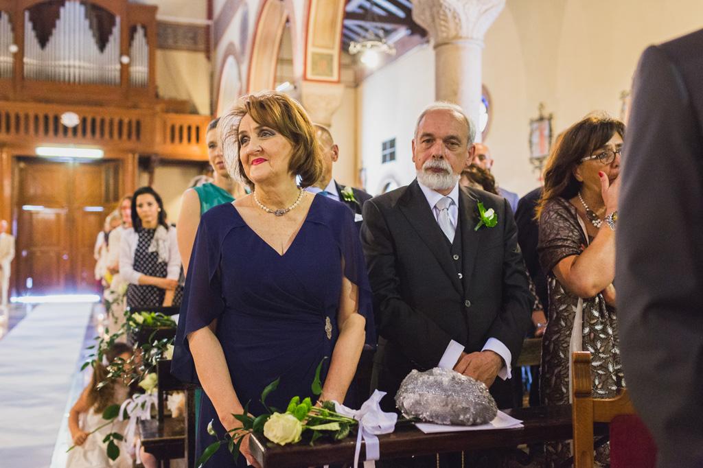 La madre osserva amabilmente la nuova coppia di sposi