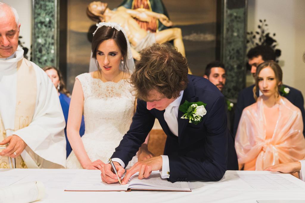 Davide firma il contratto di matrimonio