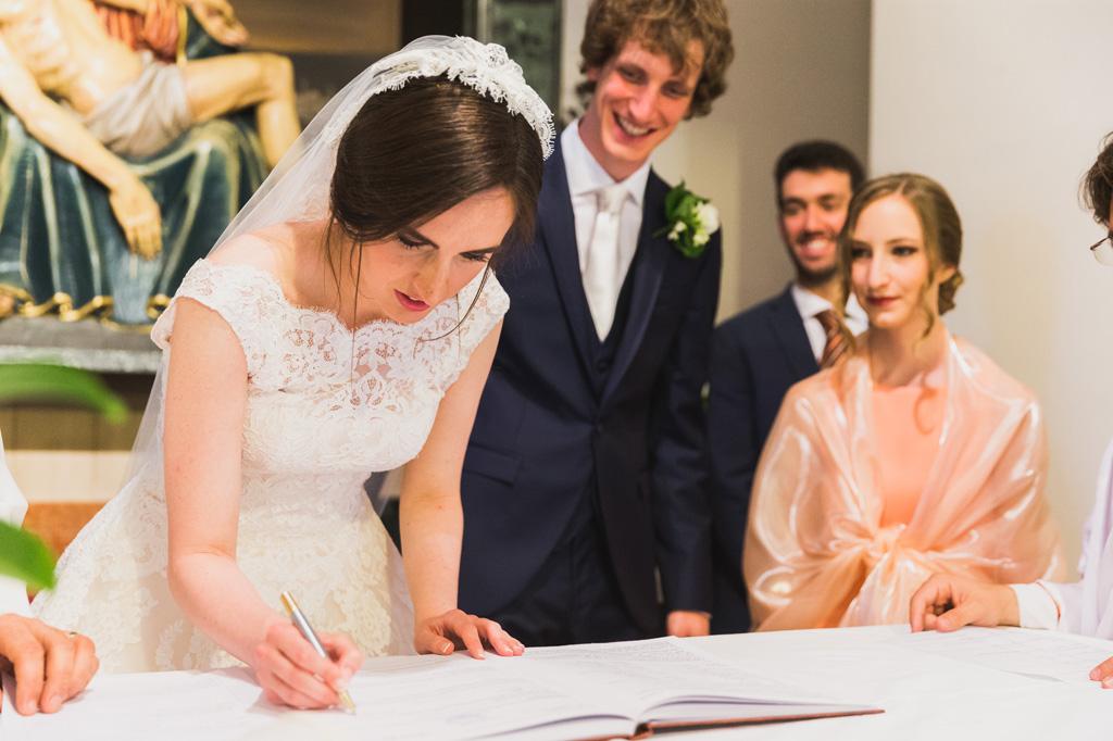 La sposa Eleonora firma il contratto di matrimonio