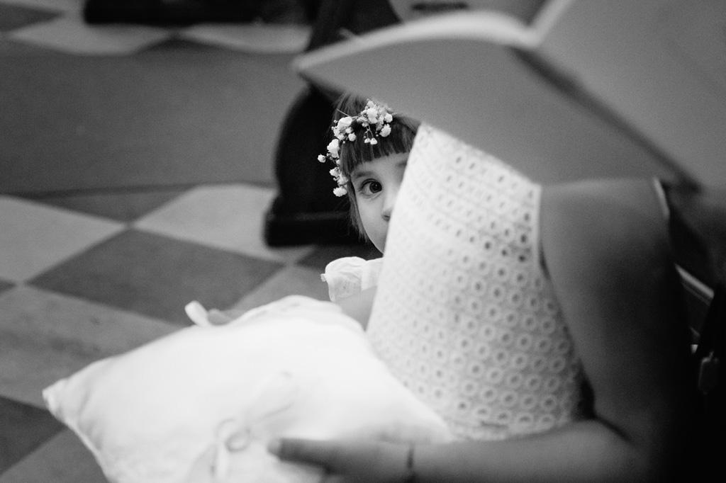 Lo sguardo angelico di una bambina durante la consegna delle fedi nunziali in uno scatto di Alessandro Della Savia