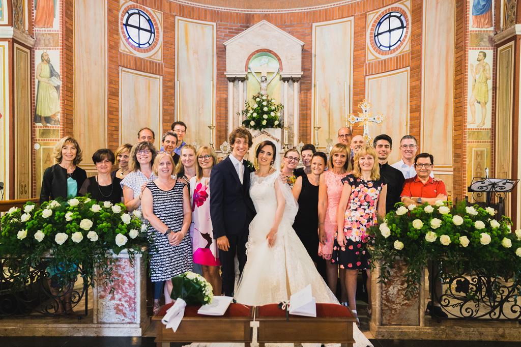Una foto di gruppo con sposi, amici e i parenti dopo la cerimonia di matrimonio