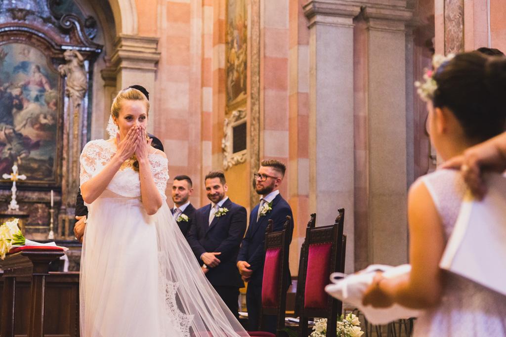 La sposa è stupefatta all'arrivo delle fedi nunziali