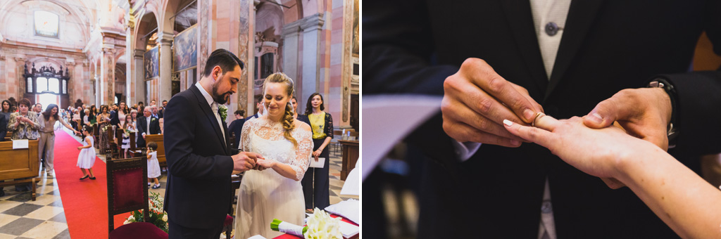 Gli sposi scambiano le fedi di matrimonio