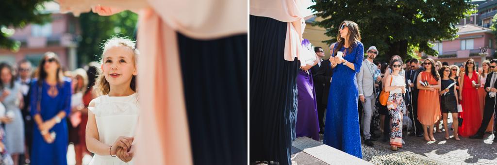 Gli ospiti attendono irrequieti l'arrivo degli sposi