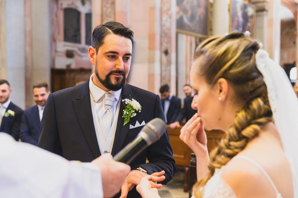 Andrea e Sarah si scambiano gli anelli di matrimonio