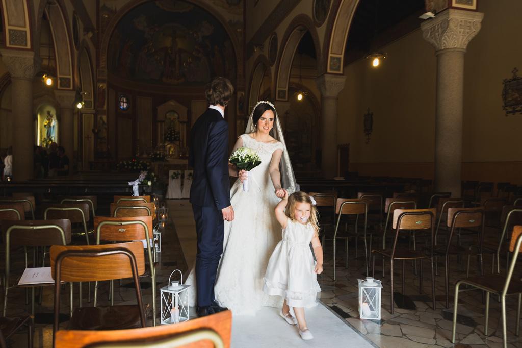 Davide e Eleonora escono dalla chiesa finalmente uniti dal matrimonio