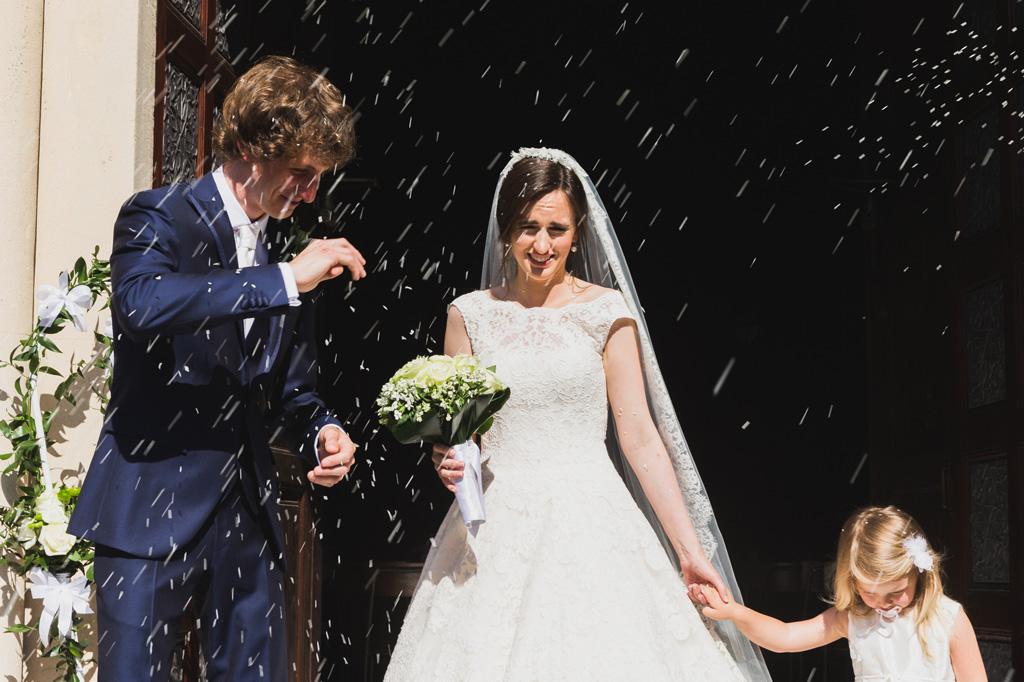 Gli sposi, Davide e Eleonora, vengono sorpresi da una pioggia di riso