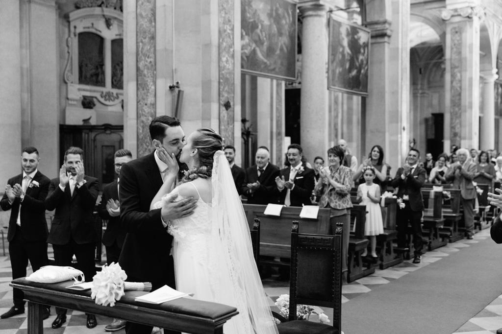 I due sposi si baciano dopo la promessa di matrimonio in uno scatto di Alessandro Della Savia