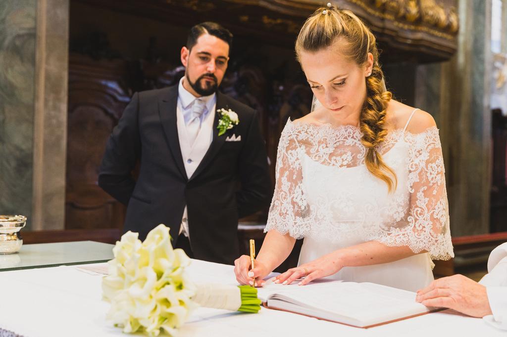Sarah firma il contratto del matrimonio