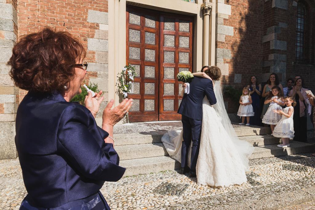 I due sposi si abbracciano davanti all'ingresso della chiesa