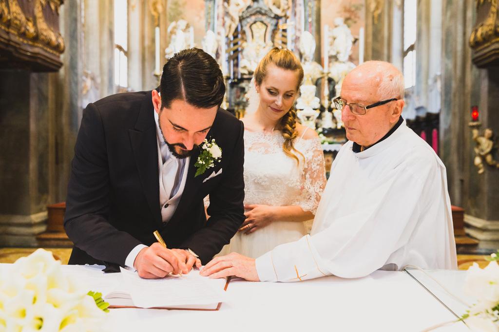 Lo sposo Andrea firma il contratto di matrimonio