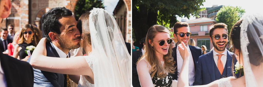 La sposa saluta gli amici e i parenti