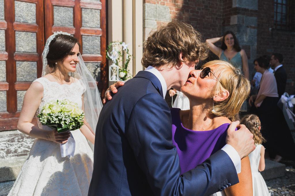 Lo sposo bacia e saluta tutti gli ospiti