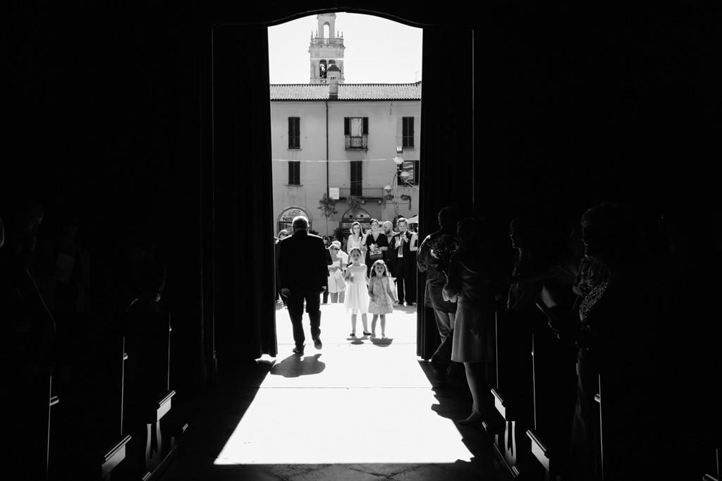 Gli ospiti attendono gli sposi all'uscita della chiesa dopo la cerimonia