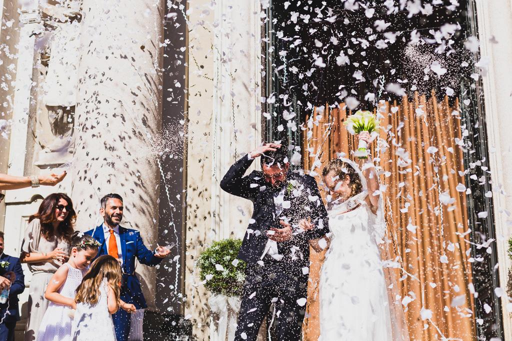 Pioggia di riso e di petali per gli sposi immortalati da Alessandro Della Savia fotografo