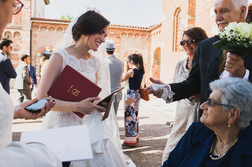 La sposa viene accolta dal calore dagli ospiti