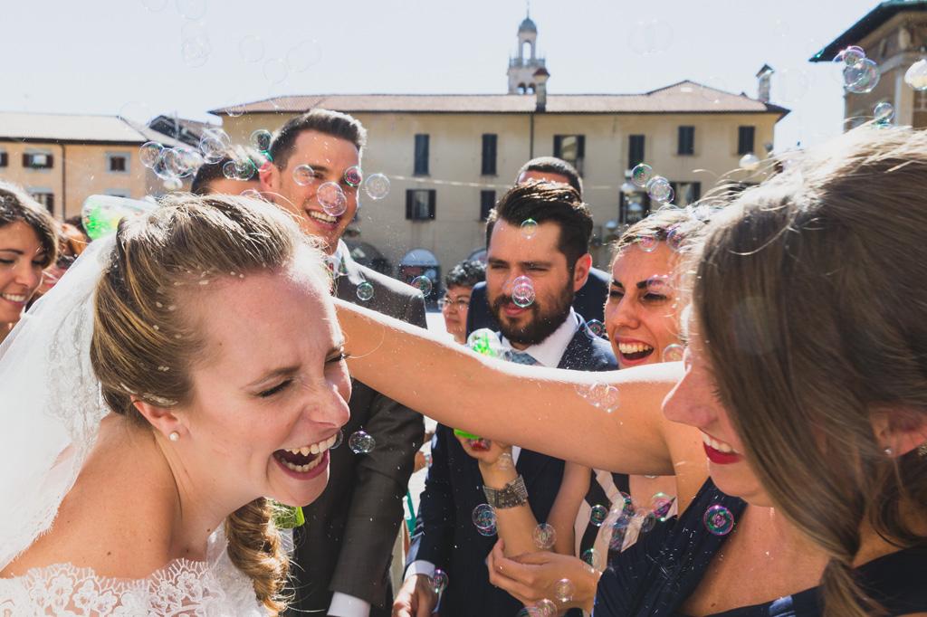 La sposa ride con gli amici dopo la cerimonia di matrimonio in una giornata raggiante