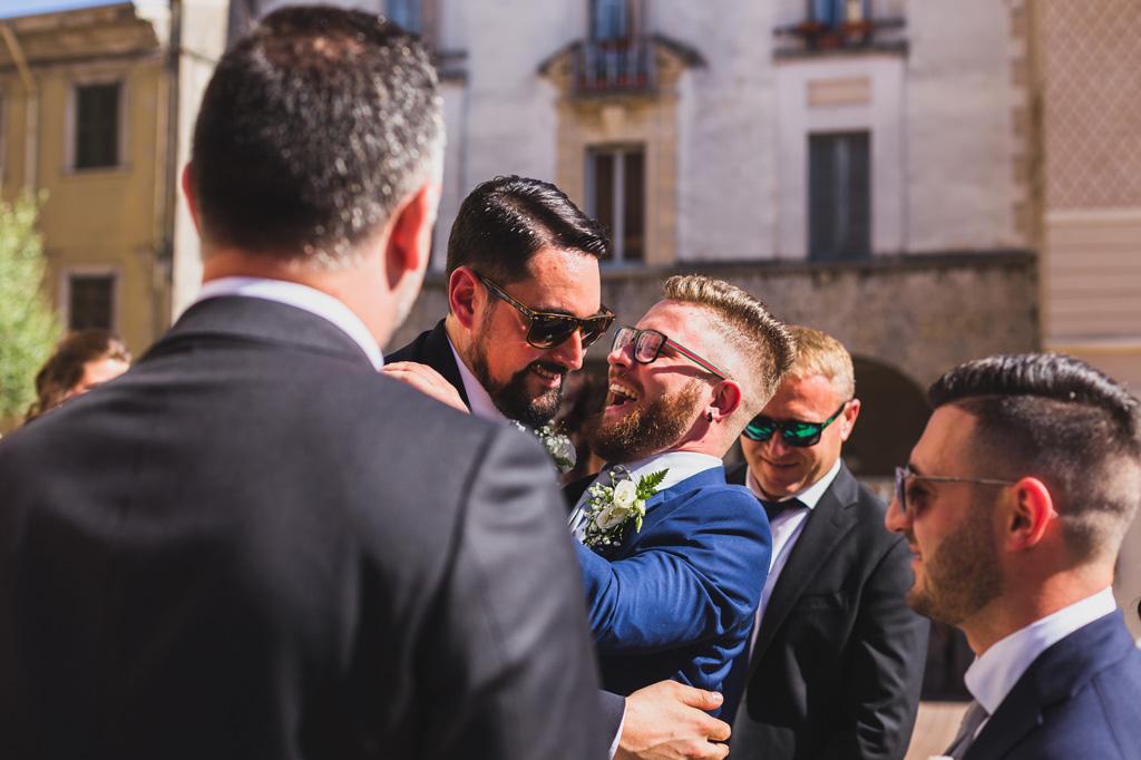 Lo sposo scherza con amici e parenti dopo un'emozionante cerimonia in chiesa