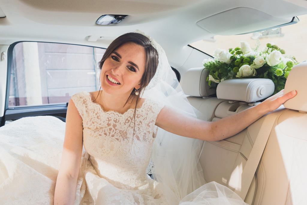 Eleonora ha un sorriso raggiante posa per il fotografo Alessandro Della Savia