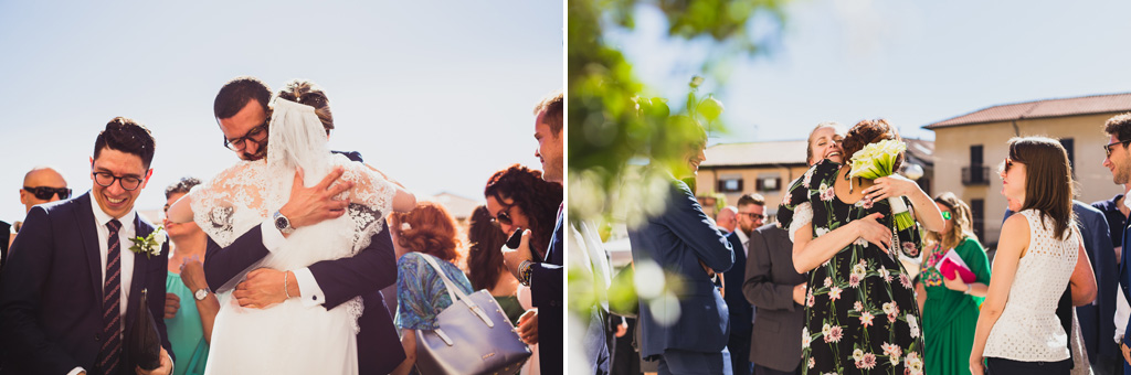 Gli invitati si abbracciano dopo la cerimonia di matrimonio