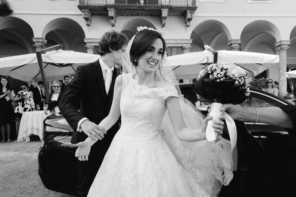 Lo sposo accompagna la sposa al ricevimento