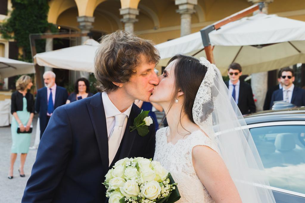 Lo sposo bacia la sposa immortalati dal fotografo Alessandro Della Savia
