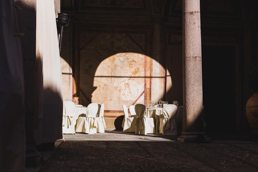 Un fascio di luce illumina i tavoli preparati per il ricevimento presso Villa Gaia