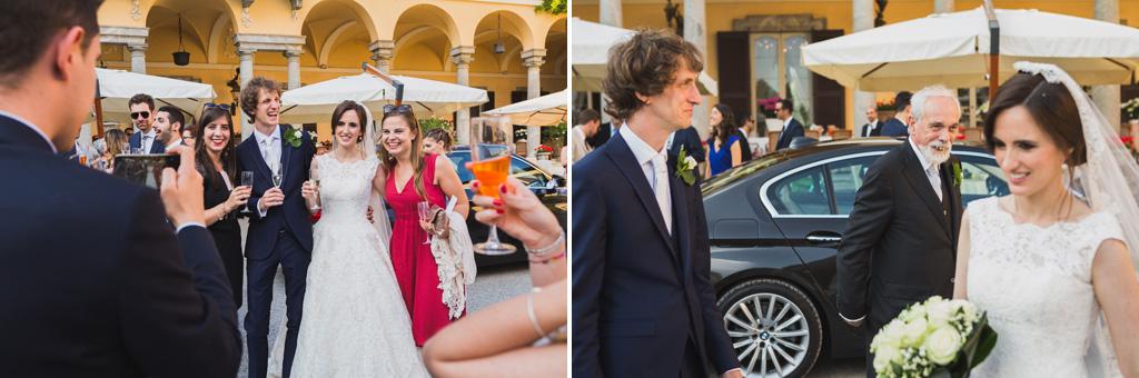Gli ospiti festeggiano gli sposi con brindisi e foto