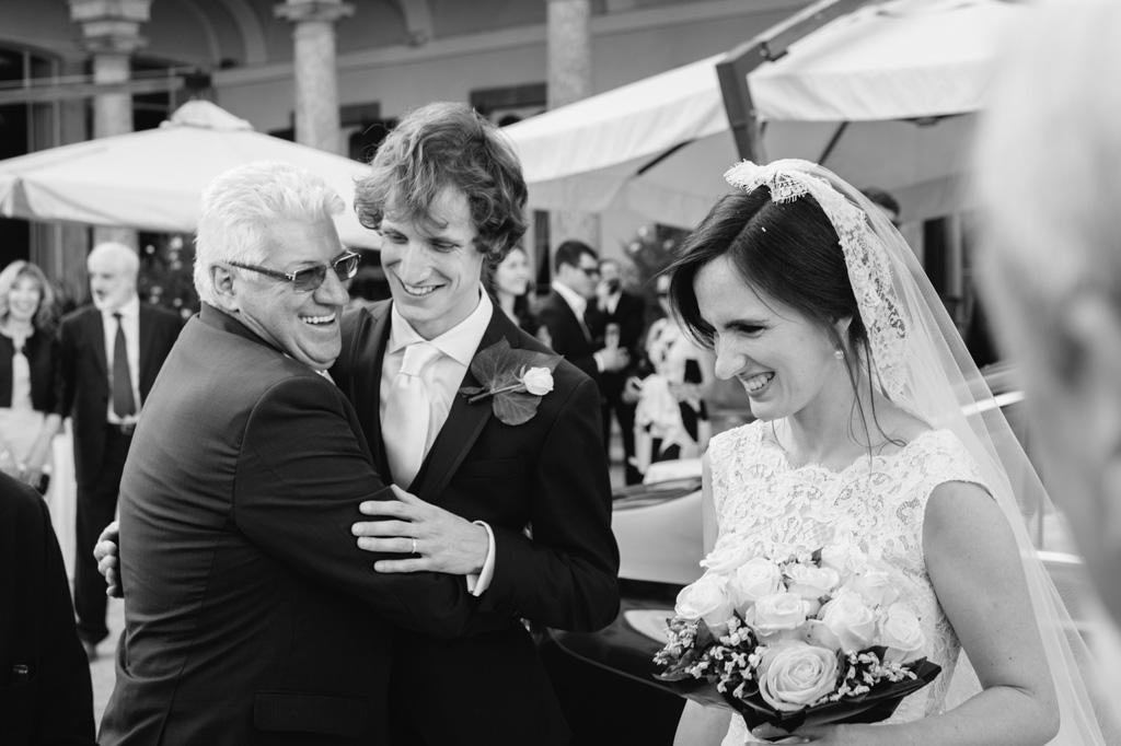 Gli ospiti accolgono gli sposi con abbracci e sorrisi ripresi da Alessandro Della Savia
