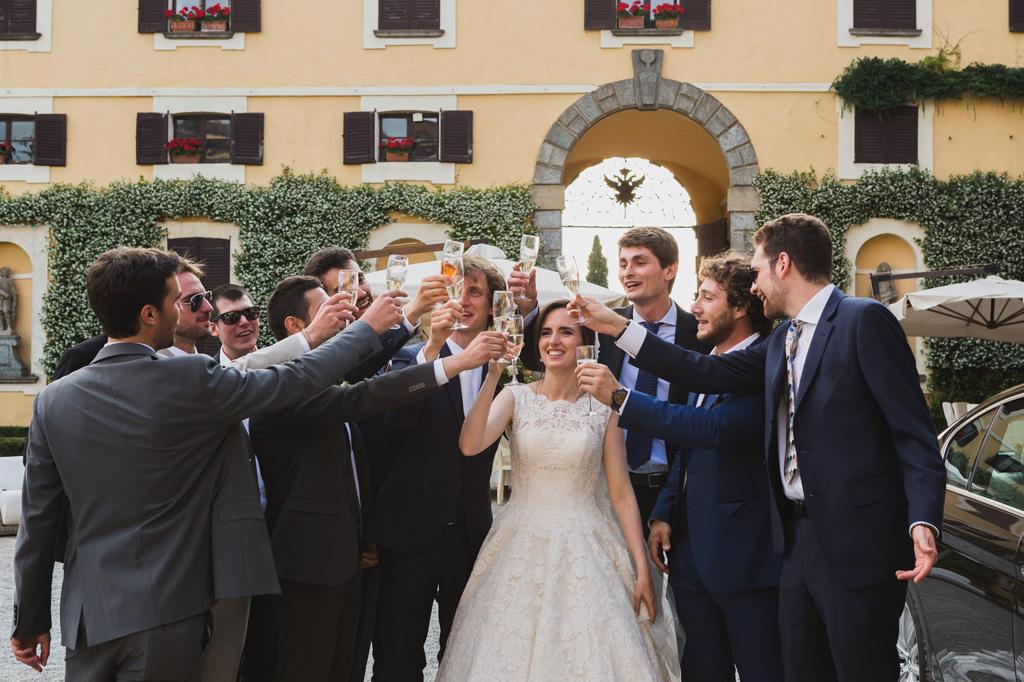 Gli invitati brindano con gli sposi un giorno speciale immortalato dal fotografo Alessandro Della Savia